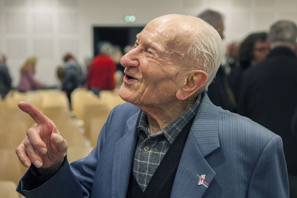 Jean Manchette discute et blague avec le public à l'issue d'une projection de son témoignage le 31 janvier 2020 à Tronville-en-Barrois (Meuse)