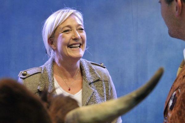 La formation de Marine Le Pen part à la conquête des électeurs dans les grandes villes d'Auvergne. La présidente du parti d'extrême-droite (ici face à un éleveur de vaches de race Salers lors du salon de l'élevage de Cournon en 2012), présentera 8 listes estampillées FN dans la région.