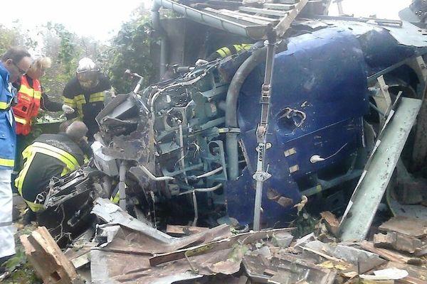 Sur les lieux du crash à Bart, la carcasse de l'hélicoptère suisse
