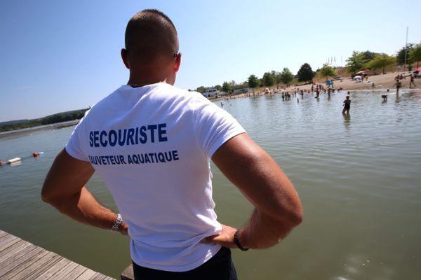 Un maître-nageur surveille la base de loisirs de Brognard dans le Doubs.
