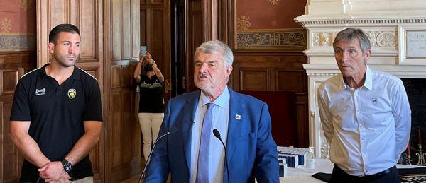 """Entouré du capitaine, Romain Sazy, et du président du Stade Rochelais, Vincent Merling, le maire de La Rochelle a pris la parole pour saluer une """"saison de rêve"""". Il a procédé ensuite à la remise de la médaille de la ville de La Rochelle à toute l'équipe."""