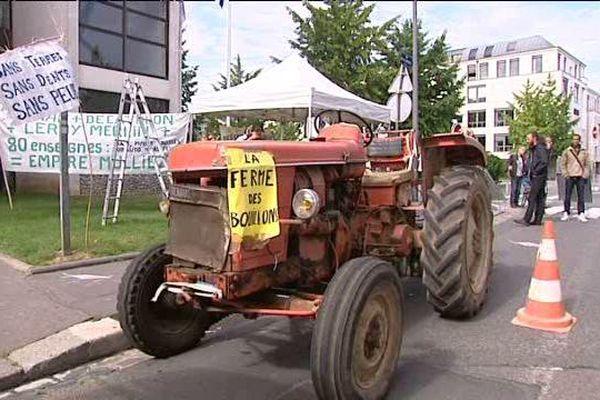 Les occupants de la ferme des Bouillons rassemblés  le lundi  17 août 2015 à Rouen pour exiger le soutien des pouvoirs publics et notamment de la Métropole de Rouen