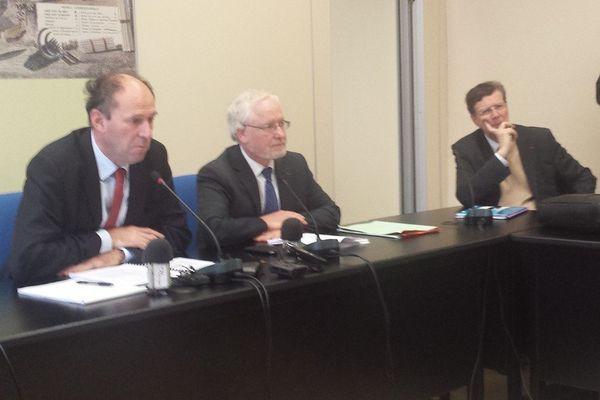 Nicolas Forray et Pierre-Alain Roche, experts nommés par le ministère de l'Ecologie et Thierry Carcenac, président du conseil général du Tarn (à droite)