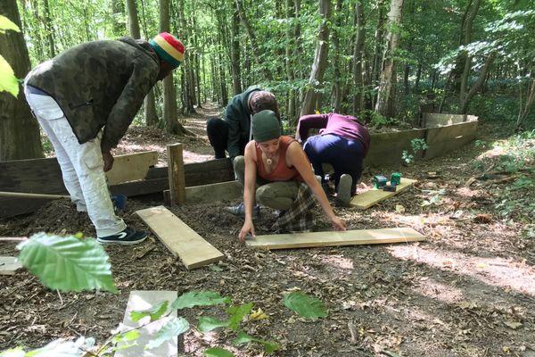 Les bénévoles de l'association Concordia sur le chantier du crapauduc dans le Bois Magneux