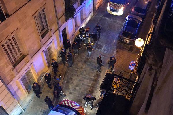 La victime, retrouvée inconsciente rue de la Fusterie, a été évacuée dans un état grave au CHU de Bordeaux.