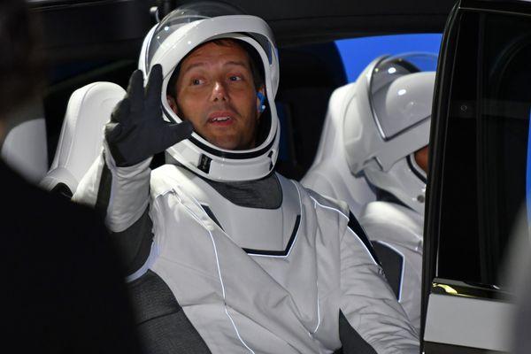 Thomas Pesquet dans la Tesla X qui l'emmène au centre spatial Kennedy.