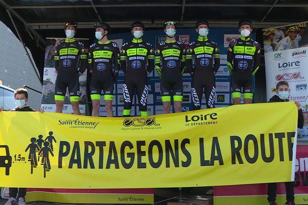 """Les jeunes cyclistes qui ont été accidentés le 17 mars à Saint-Just-Saint-Rambert (Loire), ont présenté leur banderole avec ce message, """"partageons la route"""", samedi 27 mars à l'occasion du Grand Prix cycliste de Saint-Etienne."""