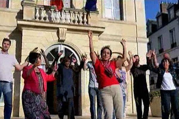 """Les élus de Méru dansent sur la chanson """"Happy"""""""