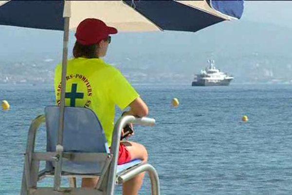 Sur les plages, les maîtres nageurs sont particulièrement vigilants en cette période de fortes chaleurs.
