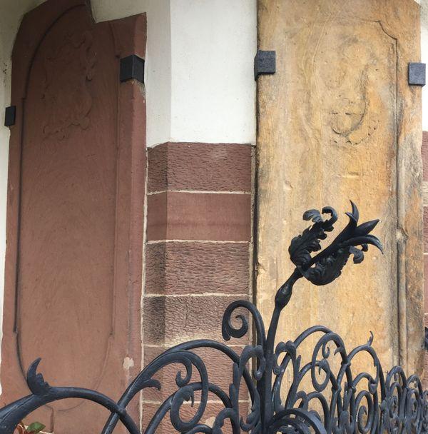 Les pierres tombales de H.W Schweppenhäuser et de son épouse, Charlotte Philippine, sur les murs de l'église protestante de Sessenheim (Bas-Rhin).