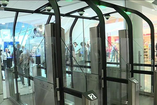 Ces nouvelles machines servent à scanner le visage des passagers.