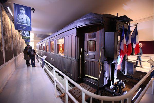 Voiture similaire exposée dans le Mémorial de l'Armistice, le wagon de l'Armistice est la voiture de chemin de fer dans laquelle fut signé l'armistice le 11 novembre 1918 entre l'Allemagne, la France et ses alliés, puis celui du 22 juin 1940 entre le Troisième Reich et la France.
