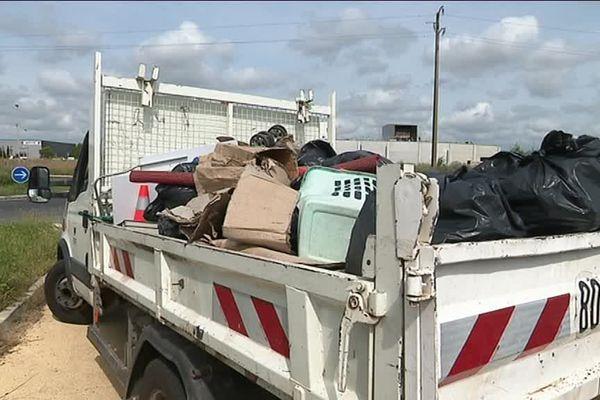 Ramassage de déchets au bord d'une route départementale de l'Hérault