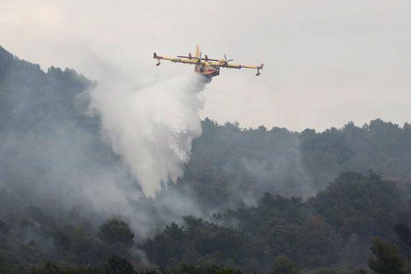 Canadair en intervention sur un feu à Saint-Cézaire, en août 2017