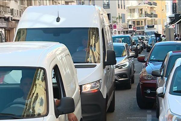 Le plan de végétalisation des couloirs de bus provoque des embouteillages dans le centre-ville de Nice