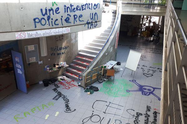 Le hall du centre des langues vivantes. Photo prise ce matin.