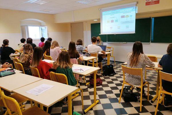 Myriam Paolini-Fergani devant ses élèves du lycée Jeanne d'Arc de Bastia (Haute Corse)