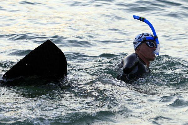 Illustration - Amputé des deux membres supérieurs suite à un accident, Thierry Corbalan a créé l'association Le Dauphin Corse pour relever des défis nautiques en monopalme