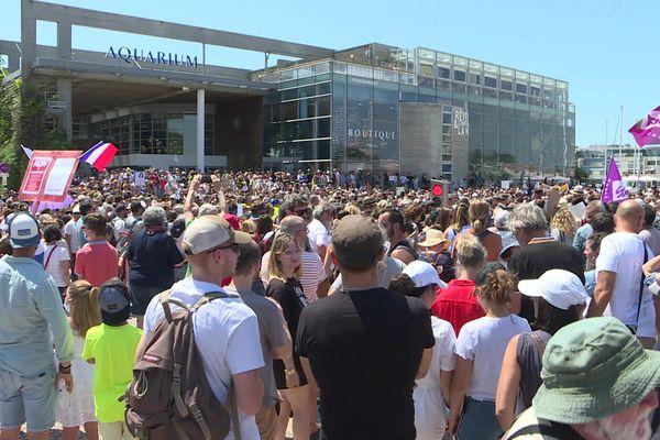 Plusieurs milliers de manifestants se sont retrouvés devant l'aquarium de La Rochelle, ce samedi 17 juillet 2021.