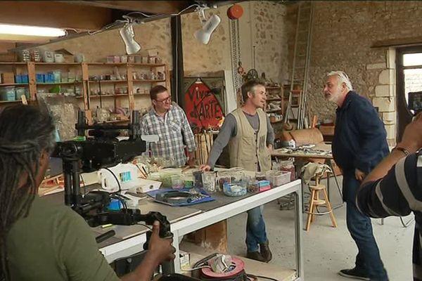 Stéphane Thébault et l'équipe de tournage de la Maison France 3 sont venus tourner dans l'atelier de Jérôme Clochard à Fouras-Les-Bains (Charente-Maritime)