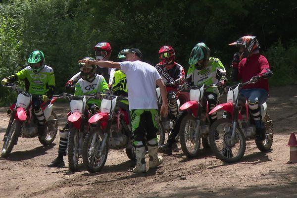 """Les premiers jeunes de Vaulx-en-Velin ont été initiés ce mardi 22 juin 2021 à la pratique de motocross sur circuit. Lancement d  """"A Vaulx Cross"""", un dispositif visant à endiguer les rodéos en pleine ville."""