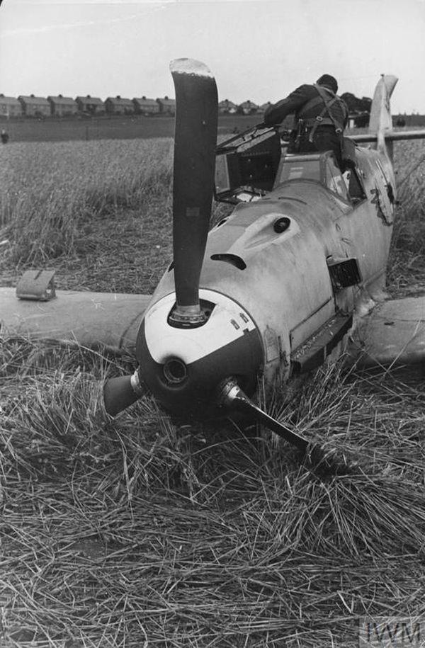 Un soldat britannique examine le cockpit du Messerschmitt abattu de la JG26.