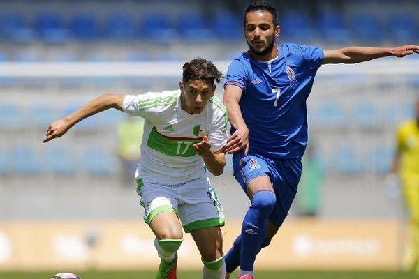 L'Algérien Farid el Melali (à gauche) affronte l'Azerbaïdjanais Joshgun Diniyev lors de son match de demi-finale à la Dalga Arena aux 4èmes Jeux de Solidarité Islamique de Bakou, le 18 mai 2017.