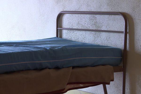 Un lit, où dormait autrefois une bonne sœur du couvent Saint-Paul.