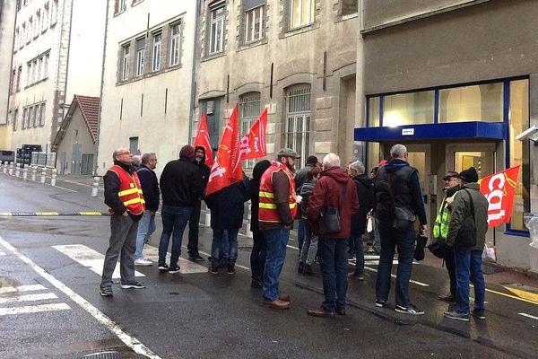Les militants de la CGT rassemblés devant la direction du courrier de la Poste à Limoges en soutien à leur collègue corrézienne le mardi matin 12 novembre