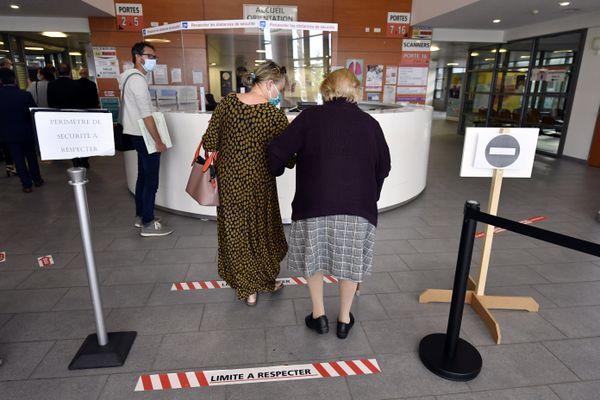 Dans le hall de l'hôpital ou la Clinique, il faut continuer les mesures barrières, sans râler