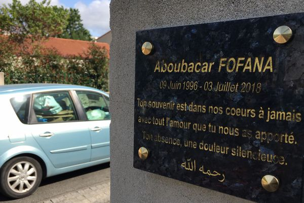 La plaque commémorative pour Aboubacar Fofana tué dans le quartier du Breil à Nantes le 3 juillet 2018