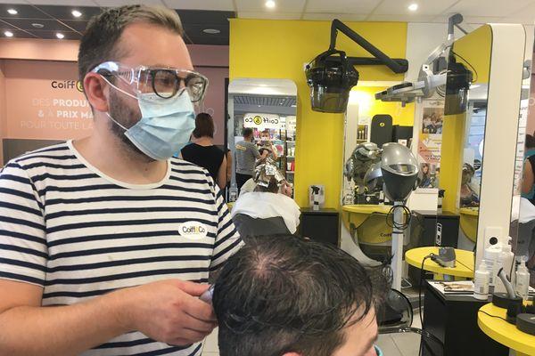 Respirer son air sous un masque pendant des périodes de 4 h, une situation pénible mais salutaire pour certains métiers comme celui de coiffeur. Jonathan chez Coiff and Co Charleville-Mézières