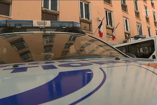 Illustration - Voiture de police devant le commissariat d'Ajaccio.