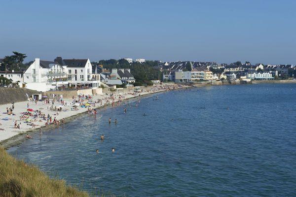 La plage des Sables Blancs est la plage principale de Concarneau, dédiée aux familles et aux activités de plaisance. A l'hiver 1930-1931, Georges Simenon s'y retira pour écrire les enquêtes du commissaire Maigret.