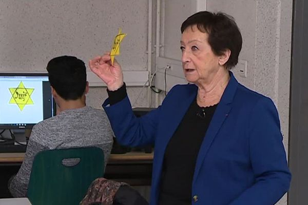 Edith Moskovic montre l'étoile jaune aux élèves de 3ème du collège Romain Rolland de Nîmes. Cet objet était un dispositif de discrimination et de marquage imposé par l'Allemagne nazie aux Juifs. / Février 2019.