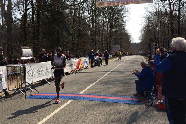 C'est le Kenyan Charles Ogari qui a remporté ce dimanche la 44e édition de la course Alençon-Médavy en 51minutes et 54 secondes