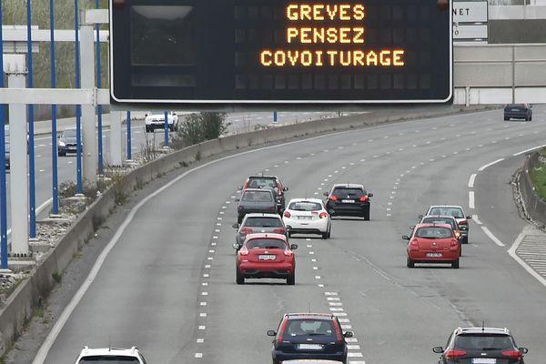 Les panneaux lumineux informaient les automobilistes, lundi, comme ici près de Toulouse.