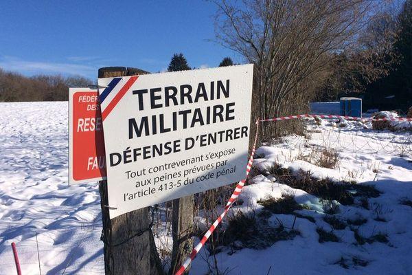 La zone du crash est interdite à toute personne étrangère à l'armée.