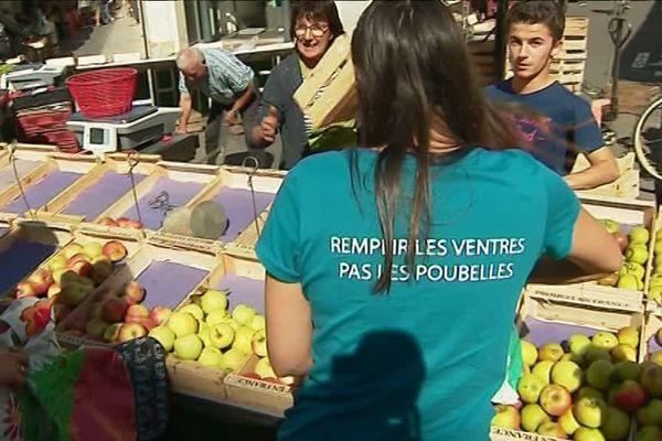 Les membres de l'association en pleine collecte des invendus au marché de La Rochelle.