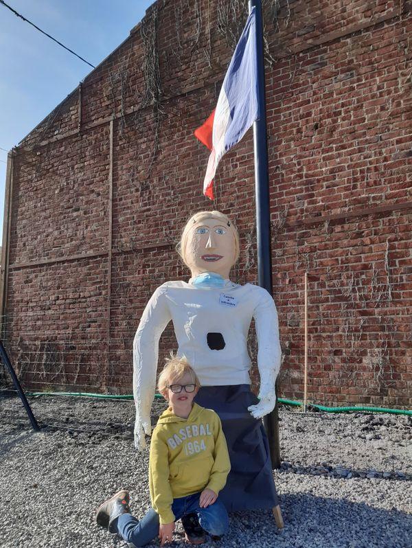 Tom, 5 ans, construit des géants avec tout ce qu'il trouve.