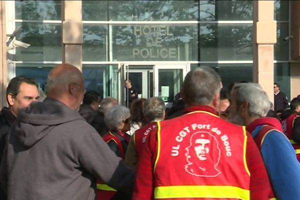Les militants CGT solidaires de leurs collègues devant l'hôtel de Police de Martigues.