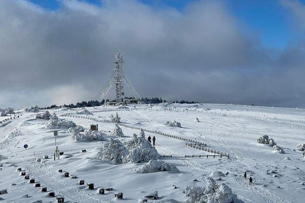 Le Mont Aigoual sous la neige à l'approche de la station météo le 5 janvier 2021