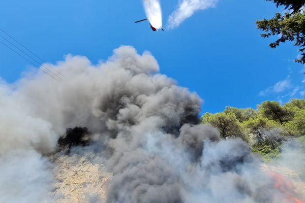 Opération hélicoptères bombardiers d'eau.