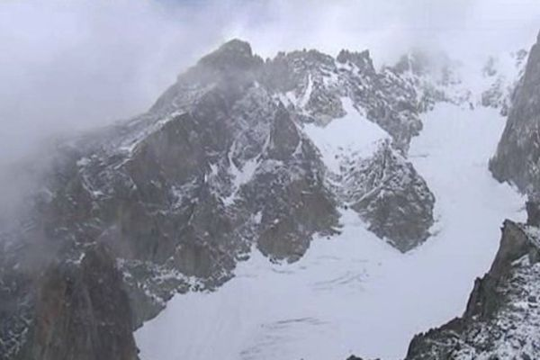 Archive. Le Mont-Blanc survolé en hélicoptère.