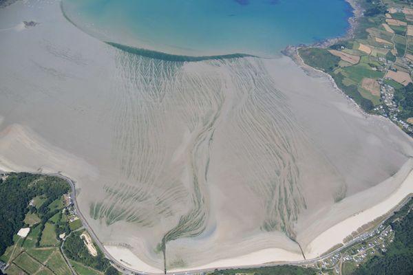 Photo aérienne prise le 21 juillet 2020 lors d'un des sept survols annuels. Les algues vertes sont ce mois-là, entre 10 et 20% plus nombreuses que les années précédentes.