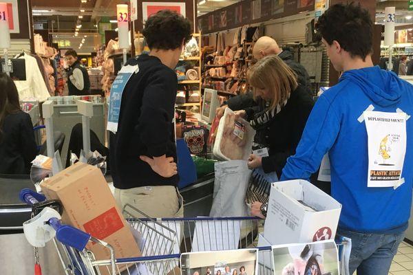 """Des militants de """"Plastic Attack"""" à la sortie des caisses de l'hypermarché Leclerc de Roques-sur-Garonne"""