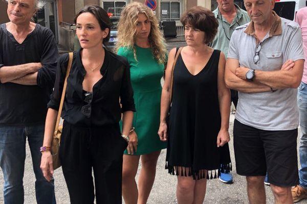 L'avocate d'Antoine Pietri, maître Anna-Maria Sollacara (en noir, au centre) et ses parents (à droite) devant l'hôpital d'Ajaccio, cet après-midi
