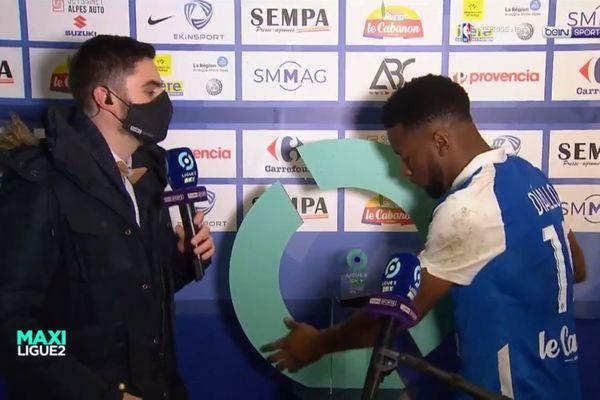 Le joueur Grenoblois Mamadou Diallo a tenté de repartir avec le socle du trophée de l'homme du match.