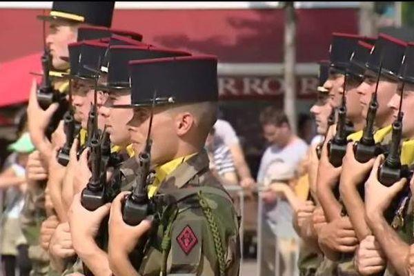 Les soldats du 92ème régiment d'infanterie sur la place de Jaude à Clermont-Ferrand ce 14 juillet 2013 au matin.