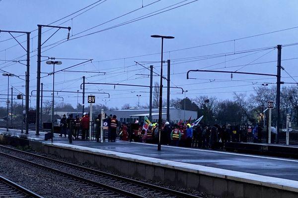 Des manifestants protestant contre le projet de Loi sur les retraites ont envahi les voies de la gare de Savenay bloquant plusieurs TER